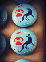 boutons bois bleu ciel motif fille et loup