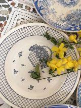 Cinq assiettes dessert dépareillées fleuries en bleu.