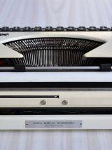 Machine à écrire portative OLYMPIA des années 60