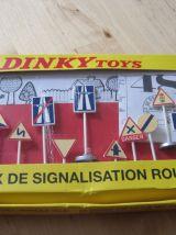 12 MINIS PANNEAUX DE SIGNALISATION ROUTIERE DINKY TOYS