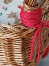Ancien landau pour poupées en osier, monté sur roues en bois