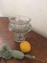 Trois pots anciens en verre cannelé à la forme de tulipe.