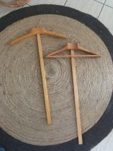 Cintres en T en bois de chene.