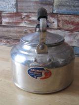 Ancienne petite  bouilloire en aluminium  vintage