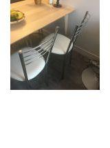 Ensemble de 2 très belles chaises assise en skaï blanc, piét