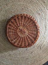 Grande corbeille ronde à la bordure en arceaux.