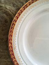 Six assiettes plates anciennes en rouge et vert.