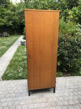 Armoire vintage 1960 en bois blond & pieds métal