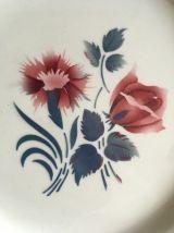Huit assiettes plates fleuries.