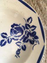 Six assiettes creuses anciennes assorties en brun et bleu.