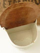 Ancienne boîte à sel en céramique et couvercle en bois.