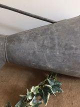 Ancien broc en zinc, jardin, campagne