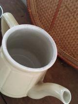 Ancienne théière ou cafetière en faience crème avec filtre.
