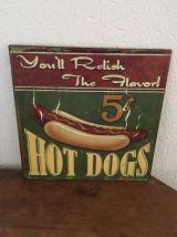 Deux plaques en métal hot dog et cones à la fraise.