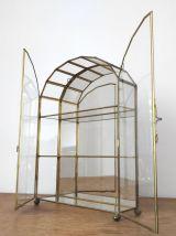 Vitrine vintage en verre , laiton et fond miroir