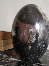 Ancien œuf en marbre noir poli