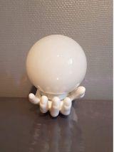 applique murale main céramique blanche  globe opaline blanc