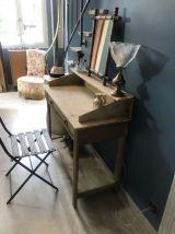 Ancienne coiffeuse ou petit bureau en bois brut
