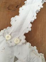 Nuisette ancienne en coton blanc brodé.