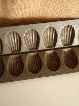 Ancienne paire de moule à madeleine en métal