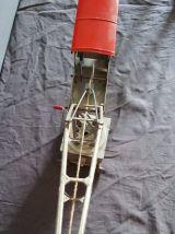 grue en métal gris et rouge Joustra années 50