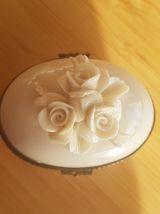 jolie-petite-boite-blanche-avec-des-fleurs