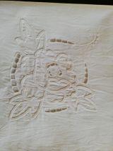 Ancienne taie brodée plis couchés