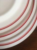 3 assiettes plates vintage , arcopal bordure rouge .