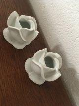 """Deux bougeoirs """"fleur""""en porcelaine blanche ."""