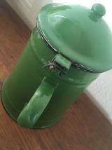 Ensemble cafetière et pot assortis émaillés en vert.
