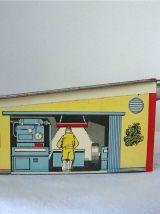 Petit garage ancien en tôle peinte
