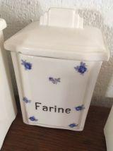 5 pots à épices en faience blanche et petites fleurs bleues.