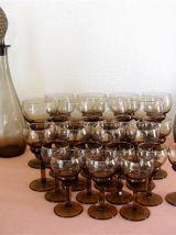 Service 24 verres et 2 carafes marron fumé vintage