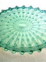 Plateau en verre moulé ancien couleur vert d'eau