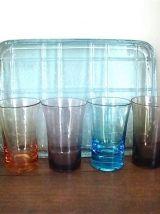 Plateau et six verres colorés