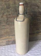 Ancienne bouteille en grès vernissé avec bouchon porcelaine