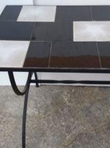 Table basse vintage avec pieds en fer forgé