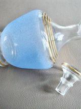 Carafe en verre sablé bleu et or
