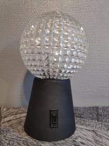 lampe vintage avec globe  verre ciselé et socle  métal noir