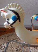 Ancien cheval à bascule en plastique des années 70