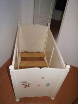 lit bébé en bois peint