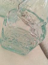 Deux flacons en verre aux reflets turquoises.