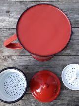 Cafetière émaillée rouge et blanche