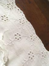 Parure drap et deux taies en coton blanc et dentelle.