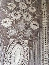Paire rideaux anciens aux bouquets de fleurs.