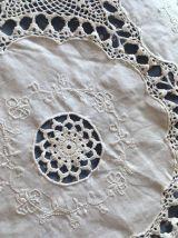 Couvre lit ancien en coton blanc brodé et crochet.