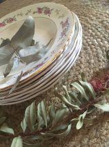 Assiettes creuses assorties fleuries.