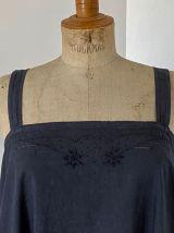 Robe ancienne noire brodée