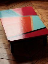 Table très basse en bois au design géométrique coloré