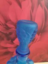 carafe en verre bleue en forme de grappe de raisin